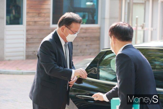 [머니S포토] 차량에서 내리는 김부겸 국무총리 후보자