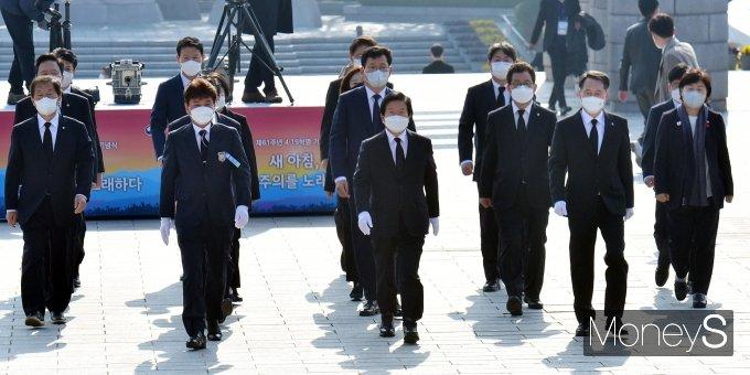 [머니S포토] 국립4·19민주묘지 찾은 박병석 의장