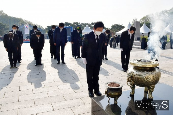 [머니S포토] 국립4·19민주묘지 참배하는 박병석 의장