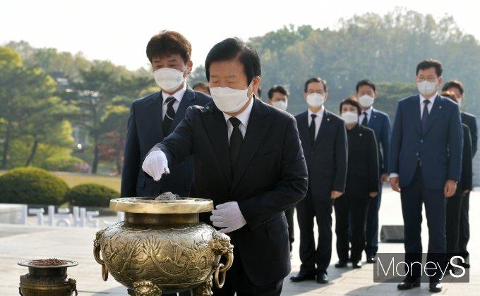 [머니S포토] 국립4·19민주묘지 찾아 분향하는 박병석 국회의장