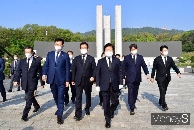 [머니S포토] 국립4·19민주묘지 참배 마치고 나서는 박병석 의장