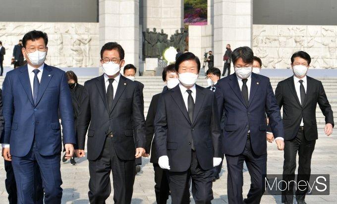 [머니S포토] 참배 마친 박병석 국회의장