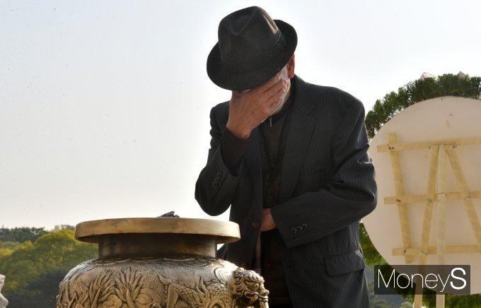 [머니S포토] '4.19 혁명 61주년' 눈물 흘리는 참배객