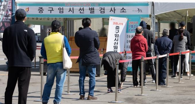 국내 코로나19 신규 확진자가 19일 0시 기준 532명 발생했다. 사진은 지난 18일 오전 서울 중구 서울역광장에 마련된 임시선별진료소를 찾은 시민들이 검사를 받기 위해 줄을 서 있는 모습. /사진=뉴스1