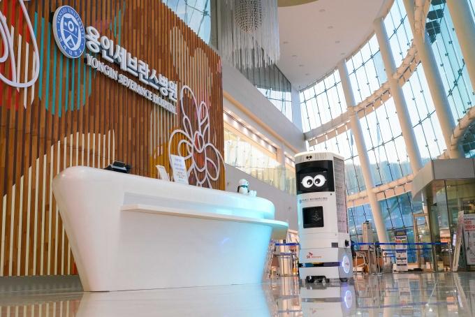 5G 복합 방역 로봇 '키미i'가 자율주행 모드로 병원에서 이동중인 모습. /사진제공=SKT