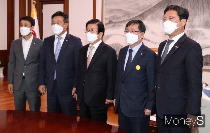 [머니S포토] 더불어민주당 신임 원내대표단, 국회의장 예방
