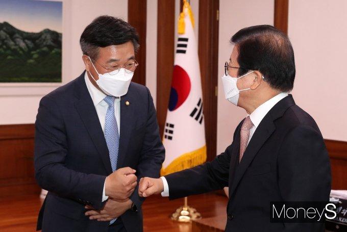 [머니S포토] 윤호중 예방 받는 박병석 의장