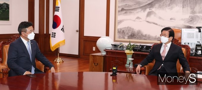 [머니S포토] 박병석 국회의장 찾은 윤호중 원내대표 겸 비대위원장