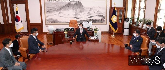 [머니S포토] 박병석 의장, 윤호중 신임 원내대표 접견