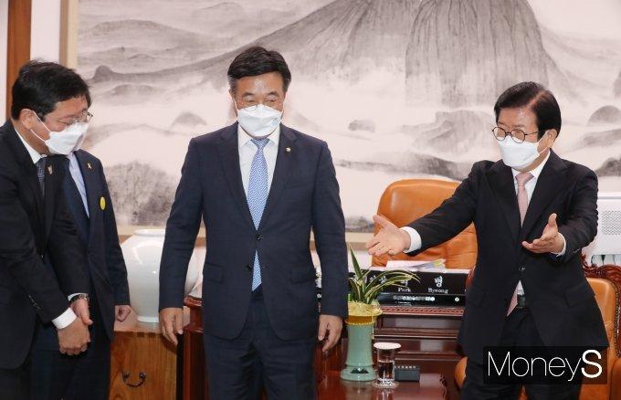 [머니S포토] 민주당 신임 원내대표단과 접견하는 박병석 국회의장