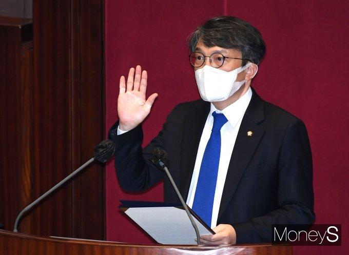 [머니S포토] 의원 선서하는 김의겸