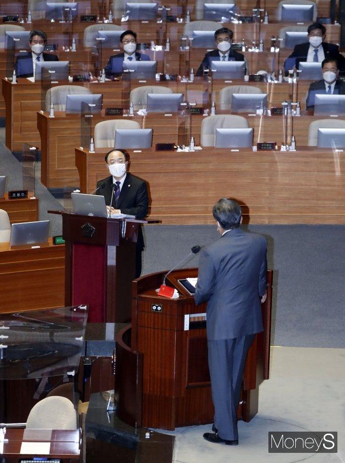[머니S포토] 대정부질문 답하는 홍남기 직무대행