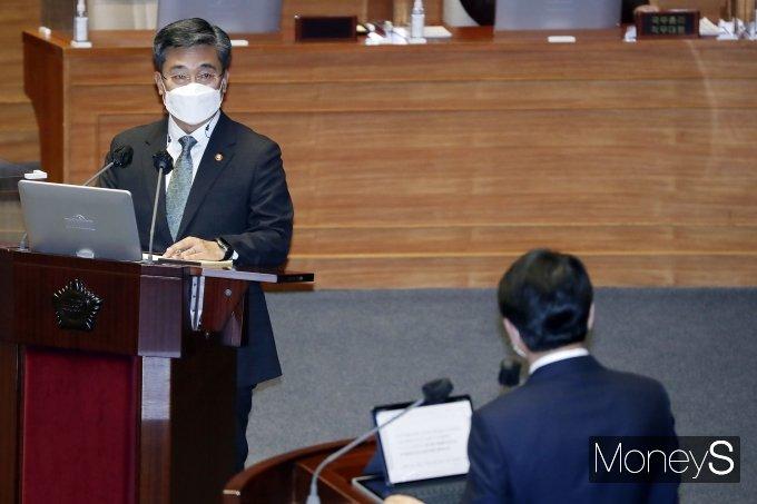 [머니S포토] 대정부질문, 질의 답변하는 서욱 장관