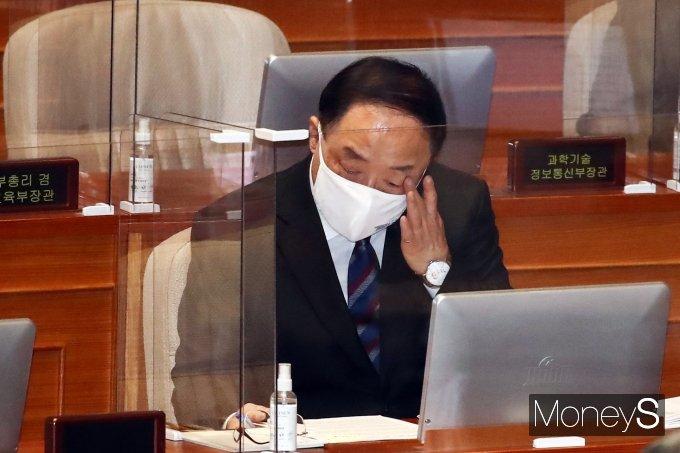 [머니S포토] 자료 확인하는 홍남기 직무대행