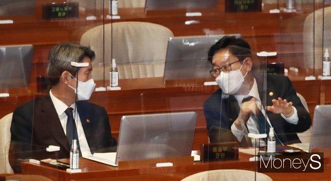 [머니S포토] 대정부질문에서 대화하는 박범계·이인영 장관
