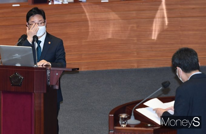 [머니S포토] 대정부질문 듣는 박범계 법무부 장관