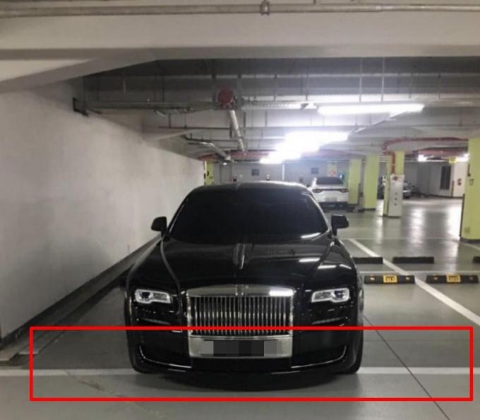 최근 한 벤츠 차량의 2칸 주차가 논란에 휩싸이자 다른 고급 외제차의 2칸 주차도 주목받고 있다. /사진=커뮤니티 캡처