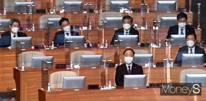 [머니S포토] 정치·외교·통일·안보 분야 대정부질문 출석한 국무위원들