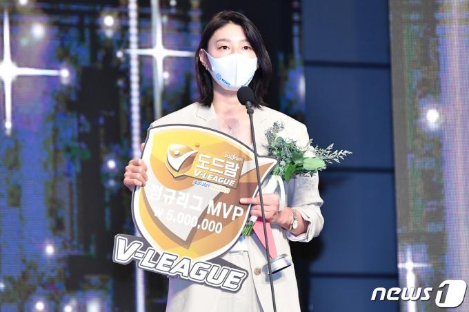 김연경이 19일 서울 용산구 그랜드 하얏트 서울 그랜드볼룸에서 열린 도드람 2020~2021 V-리그 시상식에서 여자부 MVP로 선정됐다. /사진=뉴스1