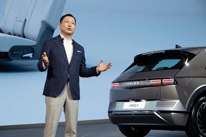 리홍펑 현대차·기아 브랜드 및 판매부문 총괄이 아이오닉 5를 소개하고 있는 모습./사진=현대차그룹