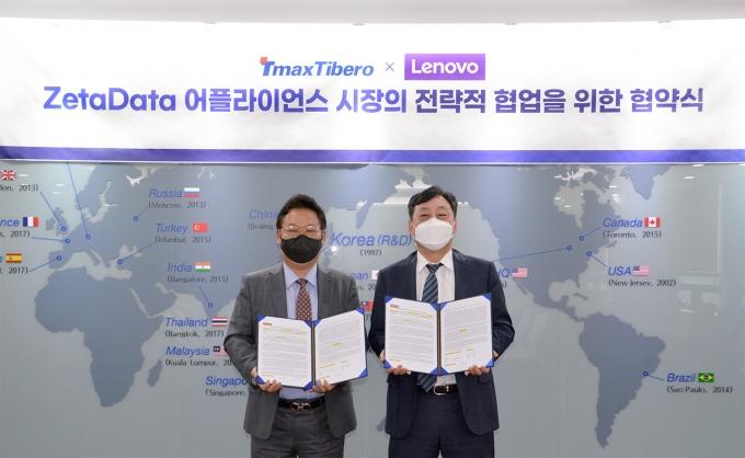 신규식 레노버ISG코리아 대표(왼쪽)와 이희상 티맥스티베로 대표가 MOU를 맺고 기념촬영을 하는 모습. /사진제공=티맥스