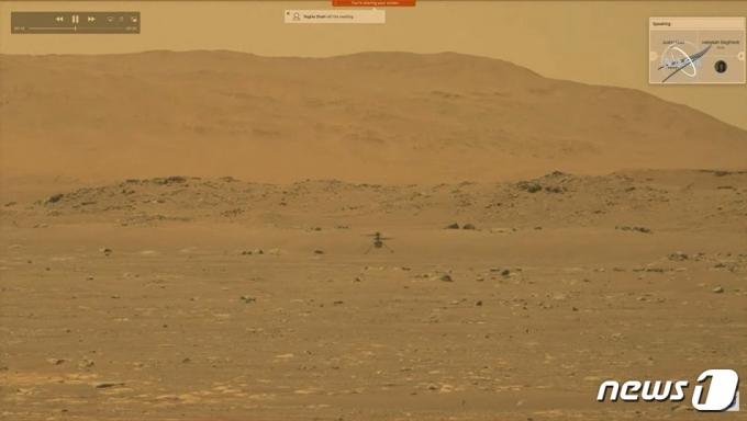 미 항공우주국(NASA)이 개발한 초소형 우주헬기 '인저뉴어티'가 19일(현지시간) 화성 표면 위를 비행하는 모습. © AFP=뉴스1