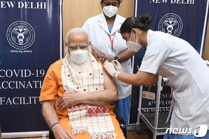 나렌드라 모디 인도 총리가 2021년 4월8일(현지시간) 뉴델리의 한 병원에서 자체 개발한 코로나19 백신 코백신의 2차 접종을 받고 있다. © AFP=뉴스1 © News1 우동명 기자