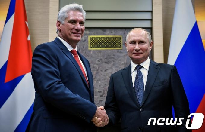 미겔 디아스카넬 쿠바 대통령(왼쪽)과 블라디미르 푸틴 러시아 대통령. © 로이터=뉴스1 © News1 우동명 기자