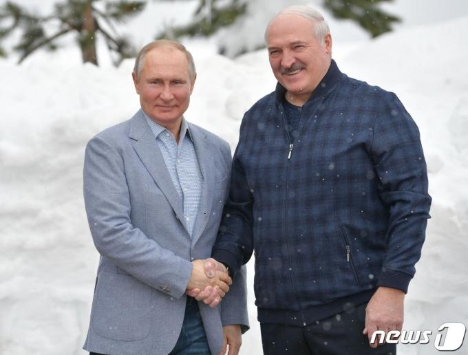 블라디미르 푸틴 러시아 대통령(왼쪽)과 알렉산드르 루카셴코 벨라루스 대통령. © AFP=뉴스1 © News1 우동명 기자