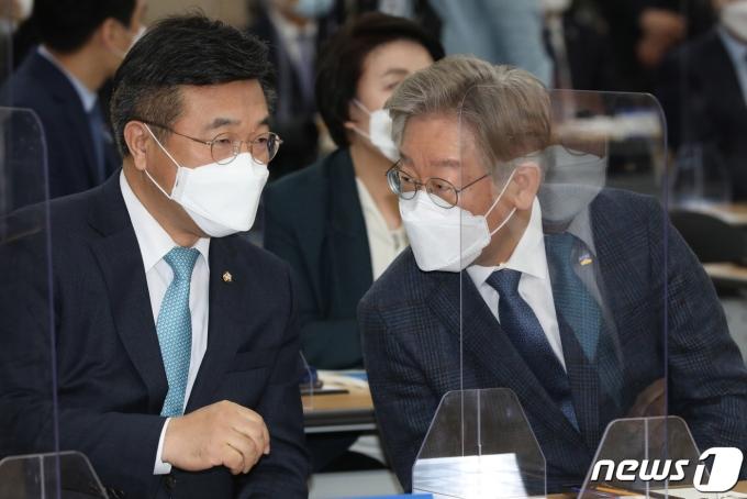 이재명 경기도지사와 윤호중 더불어민주당 원내대표(왼쪽)./뉴스1 © News1 성동훈 기자