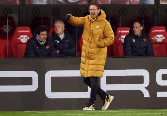 율리안 나겔스만 라이프치히 감독이 리그 경기에서 선수들에게 작전을 지시하고 있다. /사진=로이터