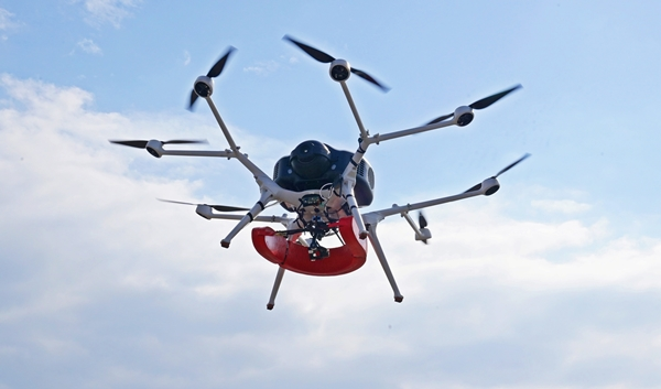 2시간 이상의 비행시간이 가능한 두산모빌리티이노베이션의 수소드론이 인명구조 비행 시연에서 구명 튜브를 싣고 비행하고 있다. /사진=두산