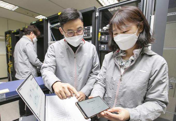 대전 KT대덕제2연구센터에서 연구원들이 '양자 하이브리드 기술'을 시연하는 모습 /사진제공=KT