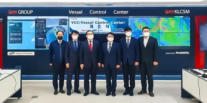 지난 19일 열린 KLCSM 선박운항관제센터 개소식에서 박찬민 KLCSM 대표(왼쪽 3번째)와 이동연 삼성중공업 연구소장(왼쪽 4번째) 등 관계자들이 기념촬영을 하고 있다. /사진=SM그룹