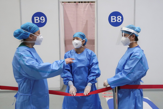중국의 코로나19 신규 확진자가 지난 19일 기준 10명, 본토 확진자는 1명으로 집계됐다. 사진은 중국 의료진들이 코로나19 백신 접종을 앞두고 이야기를 나누는 모습. /사진=로이터