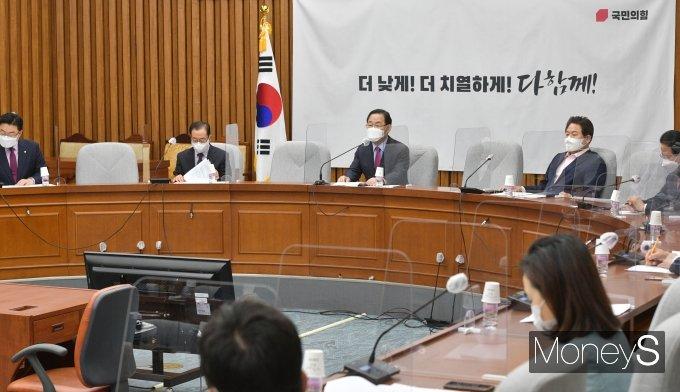 [머니S포토] 국민의힘 원내대책회의 주재하는 주호영