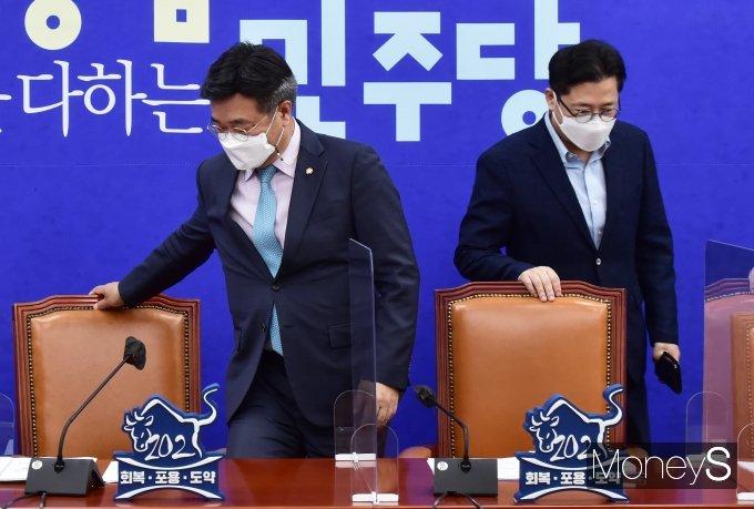 [머니S포토] 원내대책회의 입장하는 윤호중-홍익표