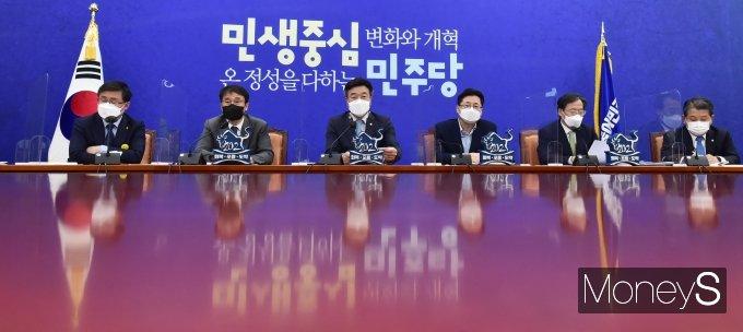 [머니S포토] 與 원내대책회의 주재하는 윤호중 비대위