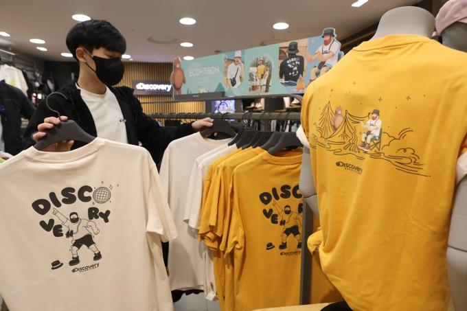 롯데백화점 광주점 6층 아웃도어 디스커버리매장에서는 4월 22일 '지구의 날'을 맞이해 친환경 반팔티를 선보이고 있다/사진=롯데쇼핑 제공.