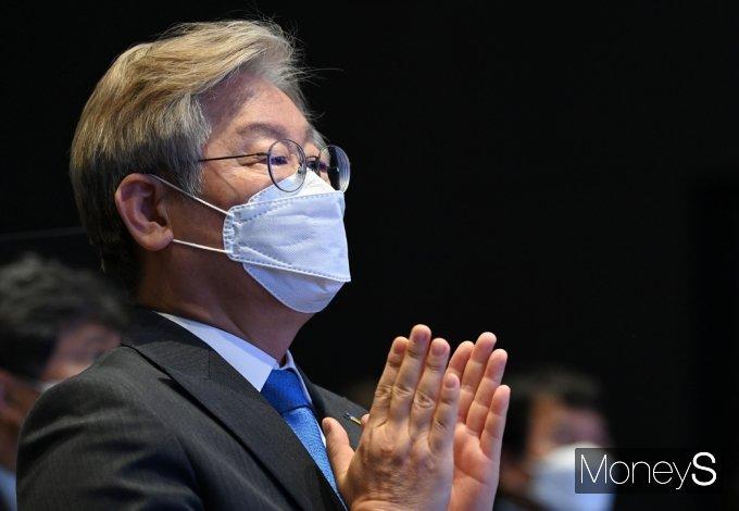 [머니S포토] 경기도, 청소·경비 노동자 휴게시설 개선 토론회, 박수 치는 '이재명'