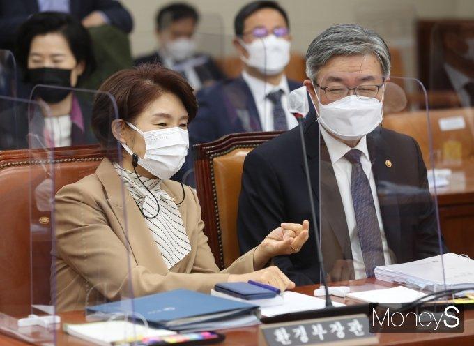 [머니S포토] 한정애·이재갑, 국회 환노위 출석