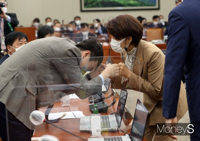 [머니S포토] 김웅 의원과 인사하는 한정애 환경부 장관