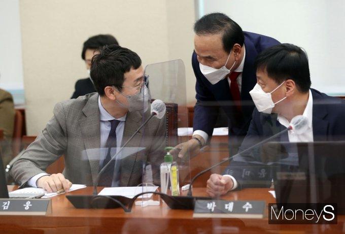 [머니S포토] 환노위서 대화하는 야당 의원들