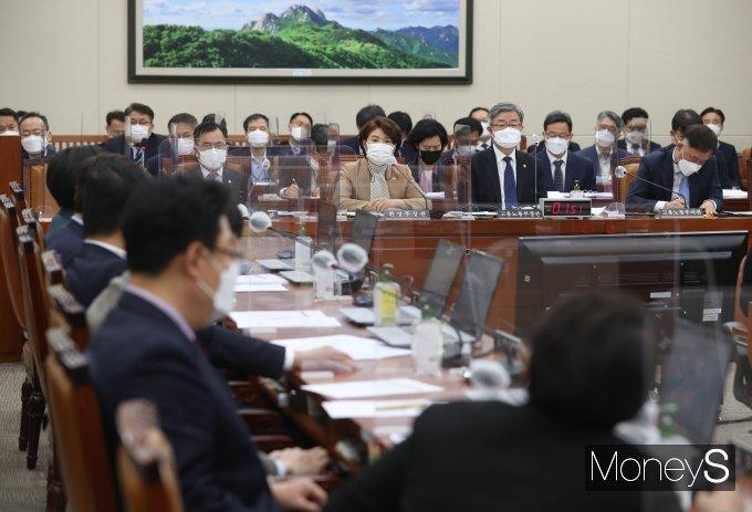 [머니S포토] 국회 환노위 질의 답하는 한정애 장관
