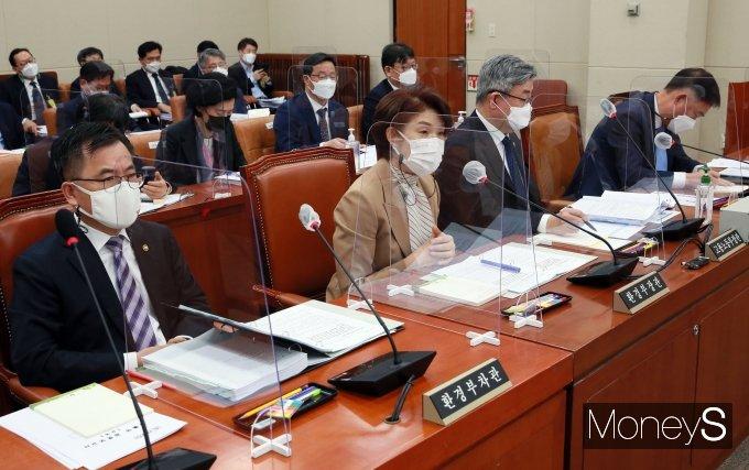 [머니S포토] 국회 환노위 전체회의 출석한 한정애·이재갑 장관