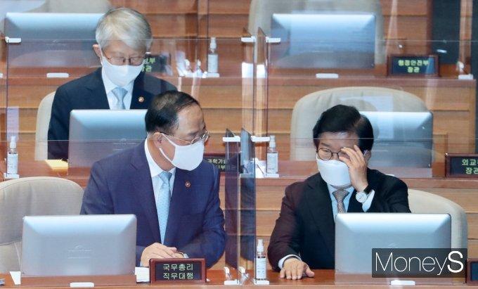 [머니S포토] 경제분야 대정부질문, 의견 나누는 홍남기-박병석