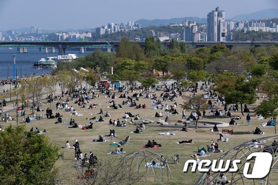 지난 18일 오후 서울 여의도 한강공원이 나들이를 나온 시민들로 북적이는 모습. /사진=뉴스1