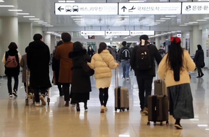 지난 2월 제주공항 1층 도착장에서 귀성객을 마중나온 가족들과 여행을 온 관광객 등으로 붐비고 있다./사진=뉴스1