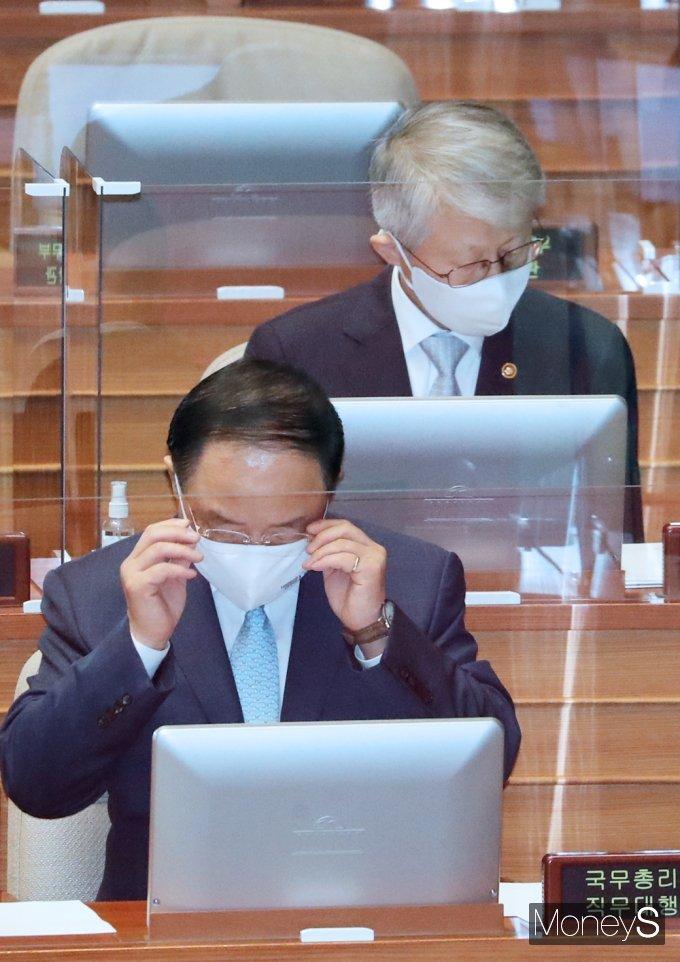 [머니S포토] 경제분야 대정부질문, 자료 살피는 '홍남기'