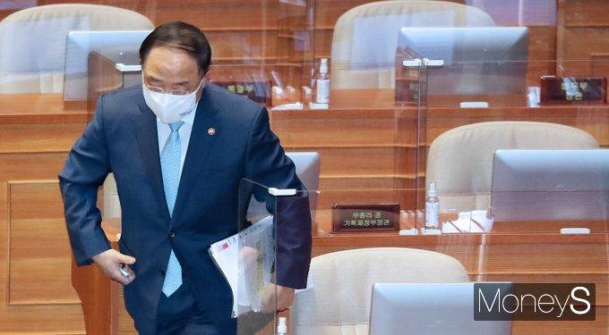 [머니S포토] 경제분야 대정부 질문, 단상으로 향하는 '홍남기'